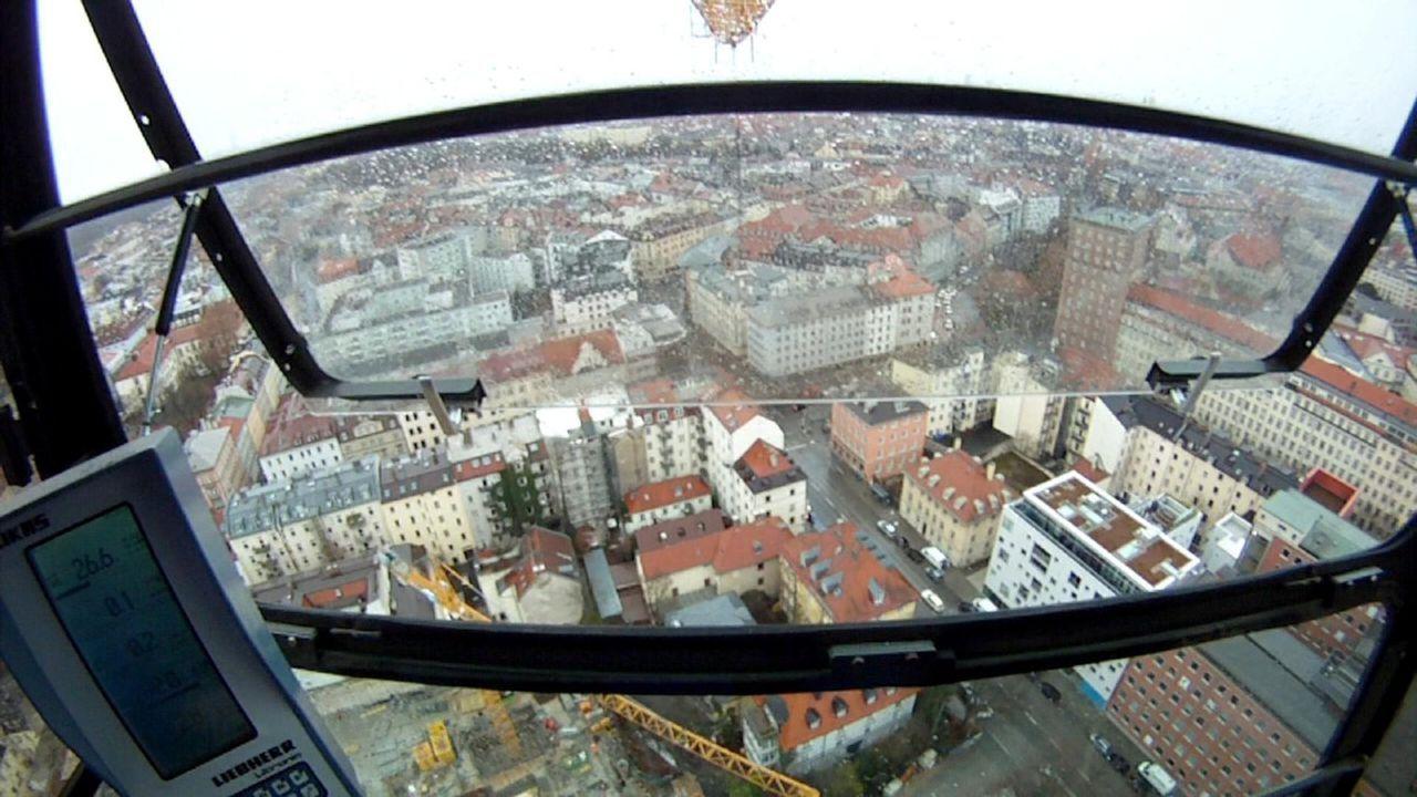 Kranführer Hans muss in München aus 80 Metern Höhe ein Balkonfertigteil millimetergenau einsetzen. Doch während der Aktion macht ihm der Wind zu... - Bildquelle: kabel eins
