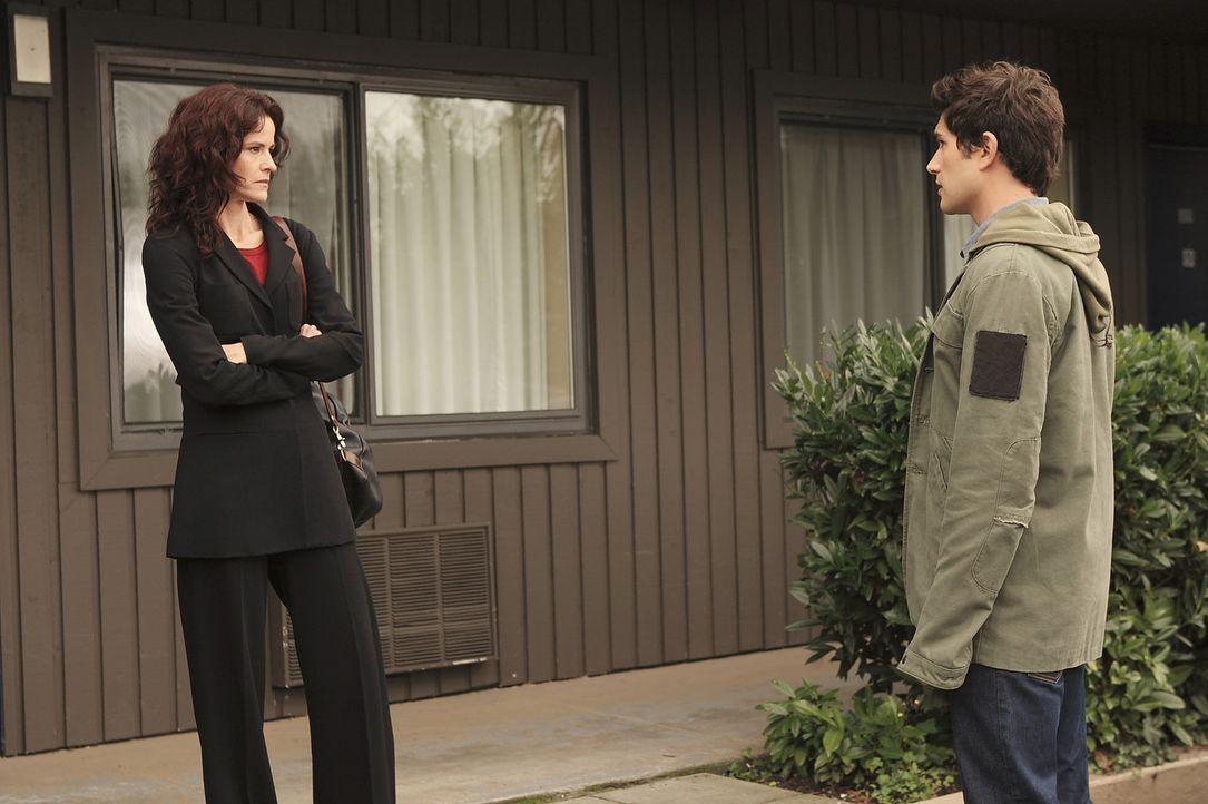 Kyle (Matt Dallas, r.) bittet Sarah (Ally Sheedy, l.), dass sie Kontakt mit ihrer Tochter aufnimmt ... - Bildquelle: TOUCHSTONE TELEVISION