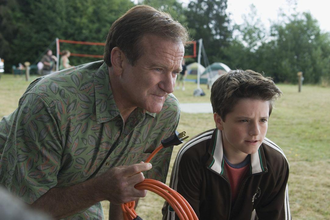 Bob (Robin Williams, l.) hofft, durch den Familienurlaub wieder einen Draht zu seinem Sohn Carl (Josh Hutcherson, r.) zu bekommen. - Bildquelle: Sony Pictures Television International. All Rights Reserved.