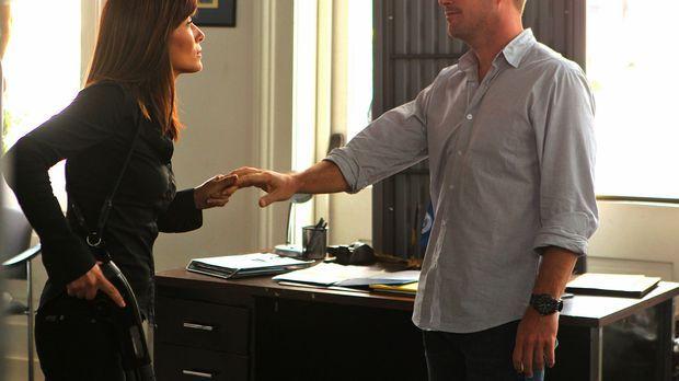 Tracy Keller (Marisol Nichols, l.) nimmt in einem Navy-Rekrutierungsbüro Geis...
