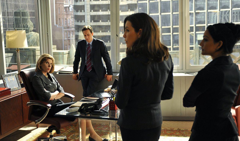 Ein neuer Fall beschäftigt Diane Lockhart (Christine Baranski, l.), Will Gardner (Josh Charles, 2.v.l.), Kalinda (Archie Panjabi, r.) und Alicia (J... - Bildquelle: CBS Studios Inc. All Rights Reserved.