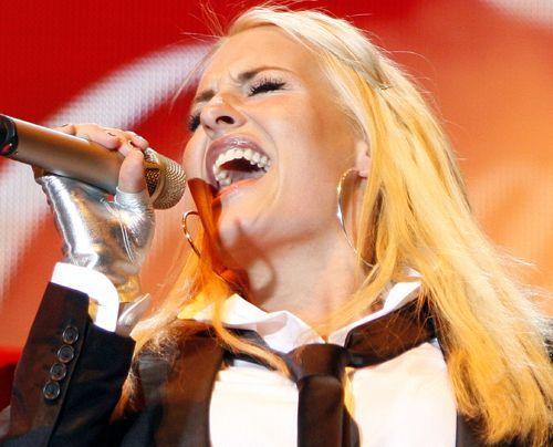 Im Dezember 2006 beim ersten Auftritt nach der Geburt ihrer Tochter. - Bildquelle: dpa