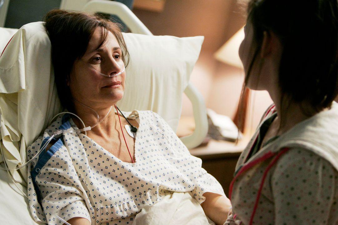 Amelia (Emilee Wallace, r.) ahnt nicht, wie schlimm es um ihre Mutter (Laurie Metcalf, l.) steht ... - Bildquelle: Touchstone Television