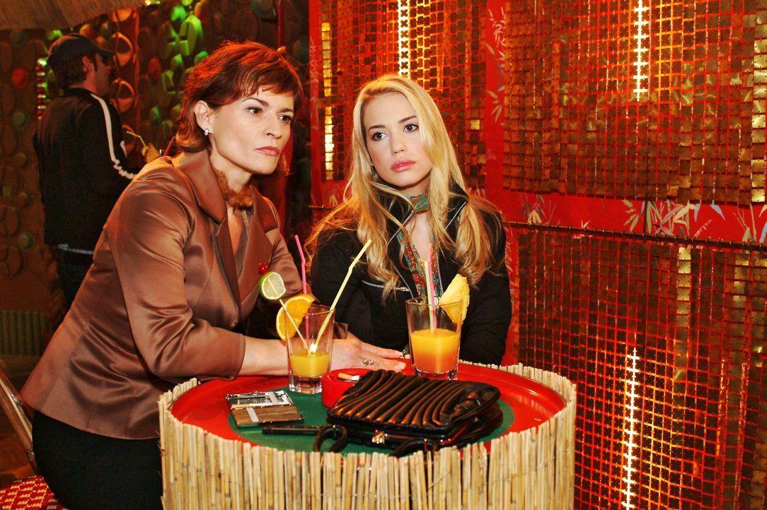 Sophie (Gabrielle Scharnitzky, l.) versucht sich wieder der verwirrten Kim (Lara-Isabelle Rentinck, r.) zu nähern. - Bildquelle: Monika Schürle Sat.1
