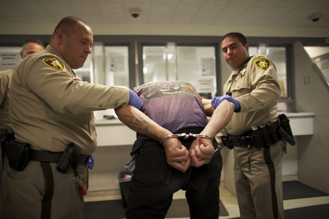 Bevor sie aufgenommen werden, werden Häftlinge einer strengen Leibesvisitation unterzogen ... - Bildquelle: James Peterson National Geographic Channels