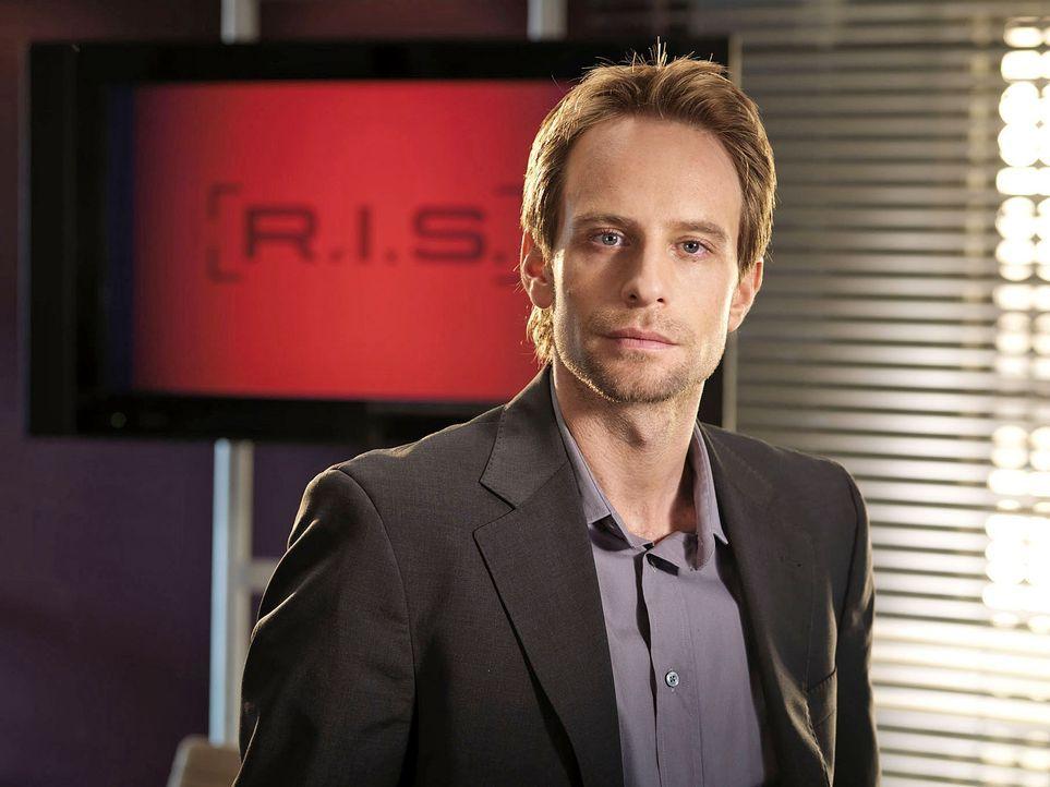 Der kluge wie hartnäckige Chef des R.I.S.-Teams, Philip Jacobi (Julian Weigend), ist studierter Molekulargenetiker, trägt so gut wie nie ein Läch... - Bildquelle: Stephan Rabold Sat.1