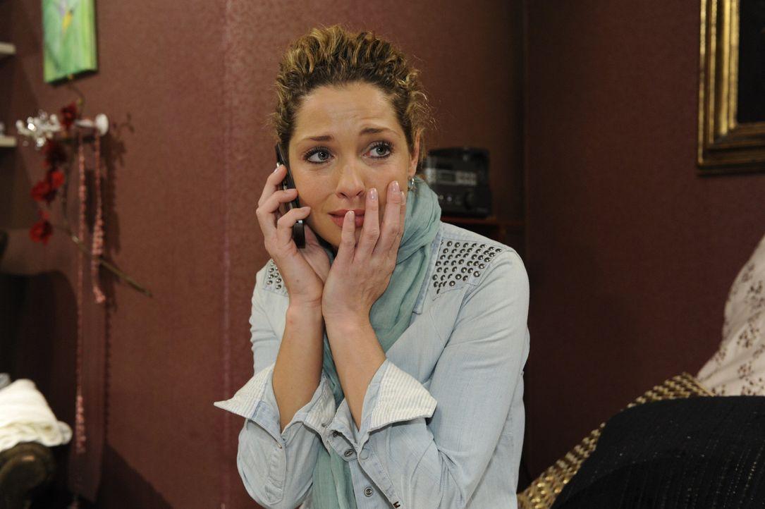 Nina (Maria Wedig) ist nicht klar, wie sie ihre Unschuld an Andreas' Tod beweisen soll. Doch plötzlich entdeckt sie auf dem Überwachungsvideo vom... - Bildquelle: SAT.1