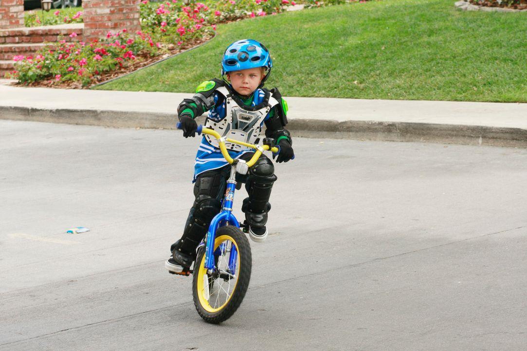M.J. (Mason Vale Cotton) will unbedingt das Fahrradfahren lernen, aber da sein Vater Mike nicht da ist, bittet er Jackson, es ihm beizubringen ... - Bildquelle: ABC Studios