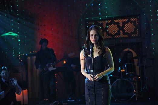 90210 - Adrianna (Jessica Lowndes) ahnt nicht, was sich hinter der Bühne währ...
