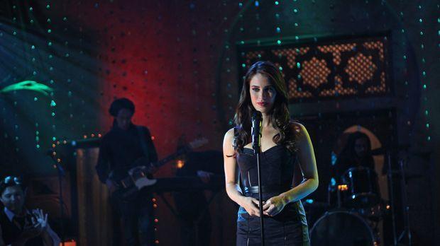Adrianna (Jessica Lowndes) ahnt nicht, was sich hinter der Bühne während ihre...