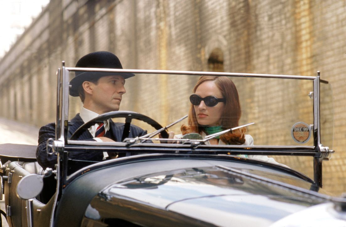 Der hinterlistige Sir August De Wynter hat nicht mit den beiden Top-Agenten Emma Peel (Uma Thurman, r.) und John Steed (Ralph Fiennes, l.) gerechnet... - Bildquelle: Warner Brothers International Television Distribution Inc.