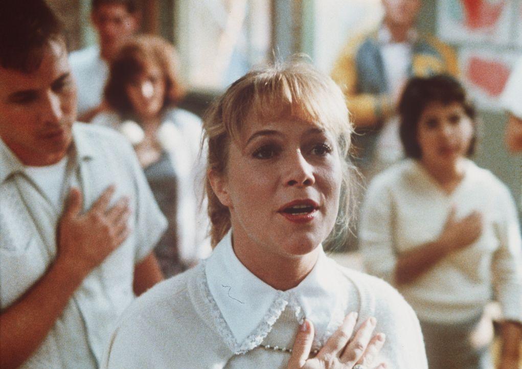 Voller Inbrunst singt Peggy Sue (Kathleen Turner) die Nationalhymne ... - Bildquelle: TriStar Pictures
