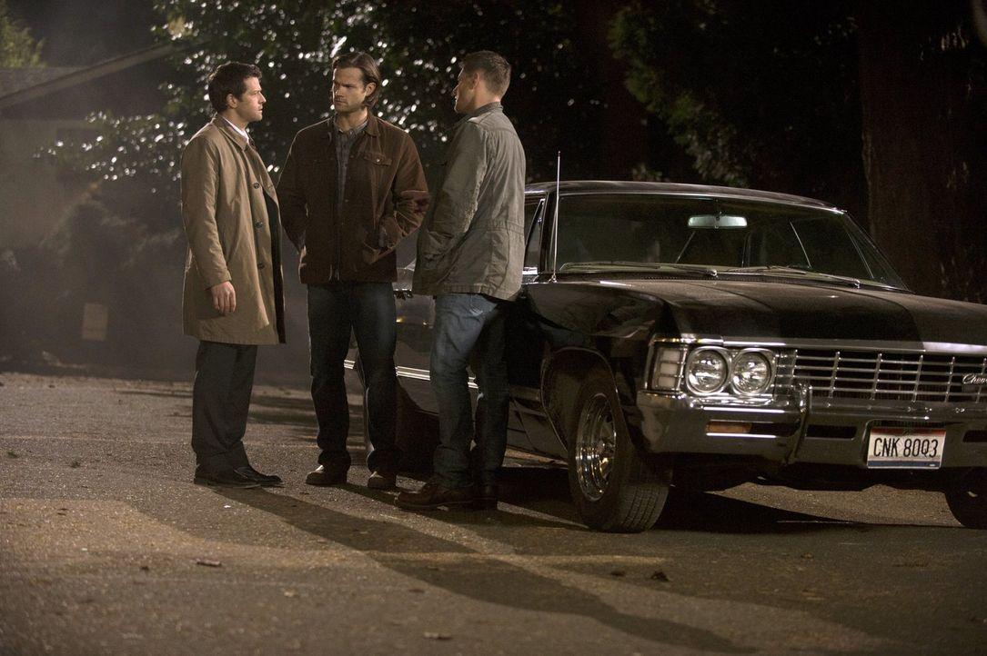Weder Castiel (Misha Collins, l.), noch Sam (Jared Padalecki, M.) und Dean (Jensen Ackles, r.) wissen, welche Macht Metatron bereits über ihr Handel... - Bildquelle: 2013 Warner Brothers