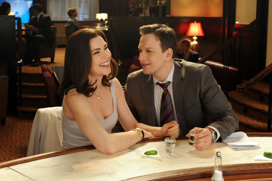 Will (Josh Charles, r.) und Alicia (Julianna Margulies, l.) amüsieren sich in einer Bar ... - Bildquelle: CBS Broadcasting Inc. All Rights Reserved