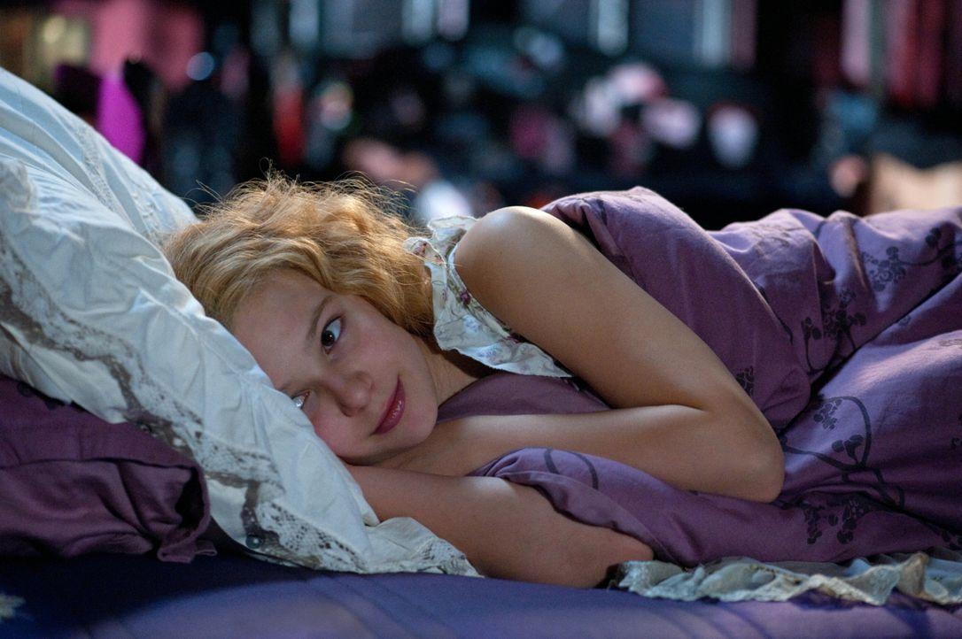 Silvania (Marta Martin), die menschlichere der beiden Schwestern, verliebt sich in ihren Klassenkameraden Jacob. Jetzt hat sie nur noch einen Wunsch... - Bildquelle: 2012 Sony Pictures Television, Inc. All Rights Reserved.
