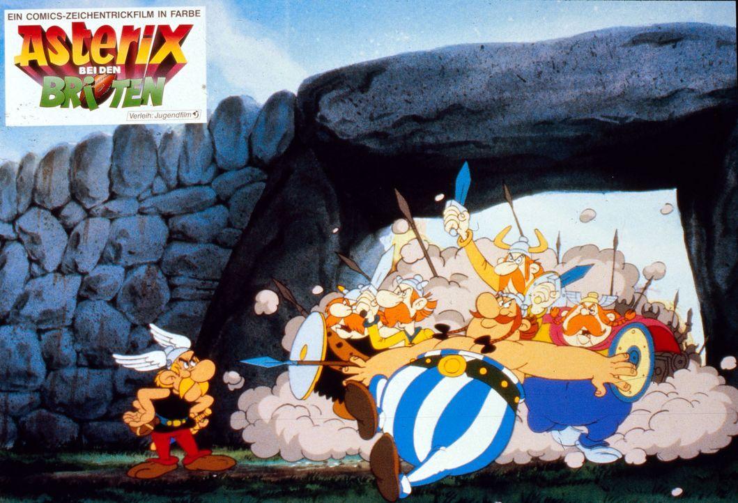 Asterix (l.) und Obelix (M.) versuchen, ihre britischen Freunde zu bremsen. Nach der Einnahme des gallischen Zaubertrankes sind die Briten Feuer und... - Bildquelle: Jugendfilm-Verleih GmbH