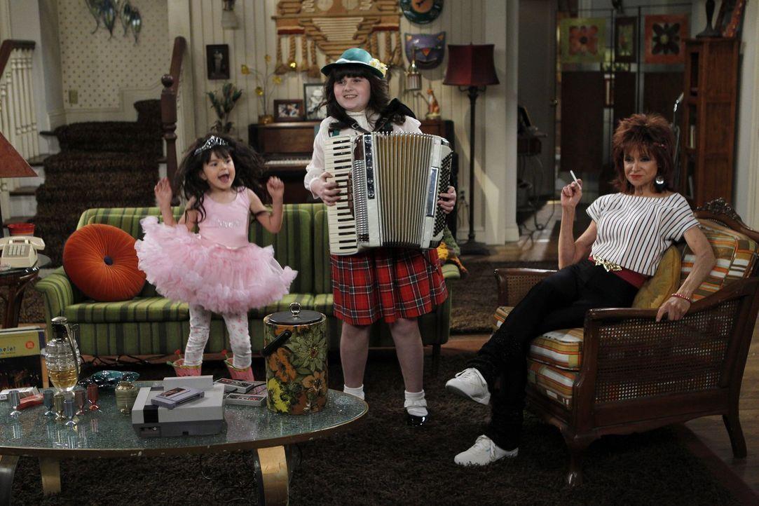 Rückblick: Joyce (Swoosie Kurtz, r.), Victoria (Savvy Crawford, l.) und Molly (Katelyn Coon, M.) ... - Bildquelle: Warner Brothers