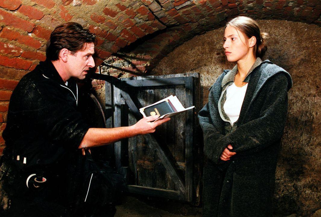 Der berüchtigte Bankräuber Hanusch (Max Tidof, l.) und seine Freundin Claudia (Jenny Deimling, r.) sind auf der Flucht in den Katakomben Wiens. - Bildquelle: Ali Schafler Sat.1
