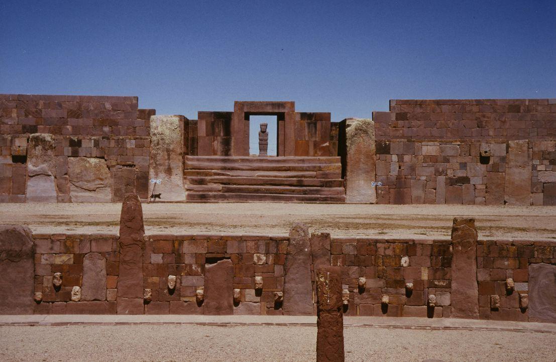 Forensische Beweise in Verbindung mit lokalen Mythen und Legenden deuten daraufhin, dass die Ruinen von Puma Punku vermutlich von Außerirdischen bew... - Bildquelle: Giorgio Tsoukalos