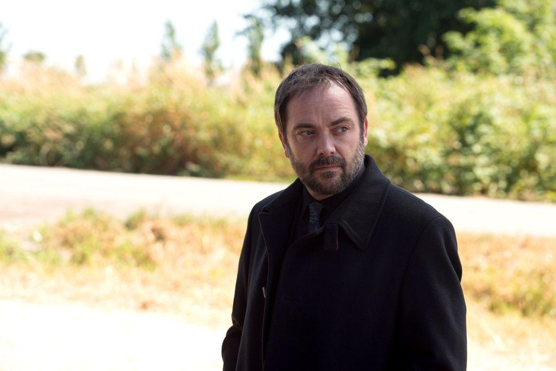 Als Crowley (Mark Sheppard) erkennt, dass Deans dämonische Seite sogar in der Hölle für Chaos sorgt, macht er sich auf die Suche nach einem neuen Ve... - Bildquelle: 2016 Warner Brothers
