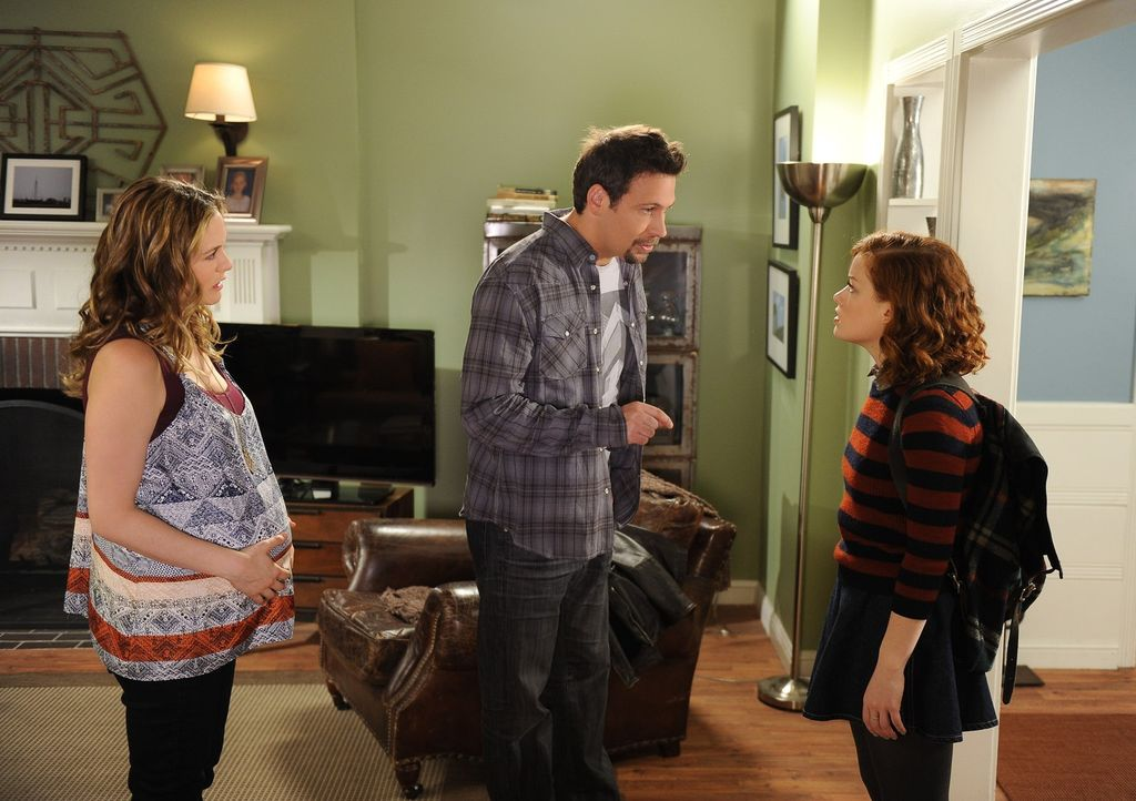 Tessa (Jane Levy, r.) gewöhnt sich langsam daran an die neue Wohnsituation und findet es sogar ganz praktisch, dass Eden (Alicia Silverstone, l.) i... - Bildquelle: Warner Brothers