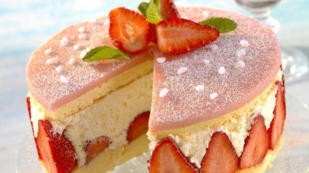 Backrezept: Kuchen aus Erdbeeren, Sahne und Marzpian zu Hause backen