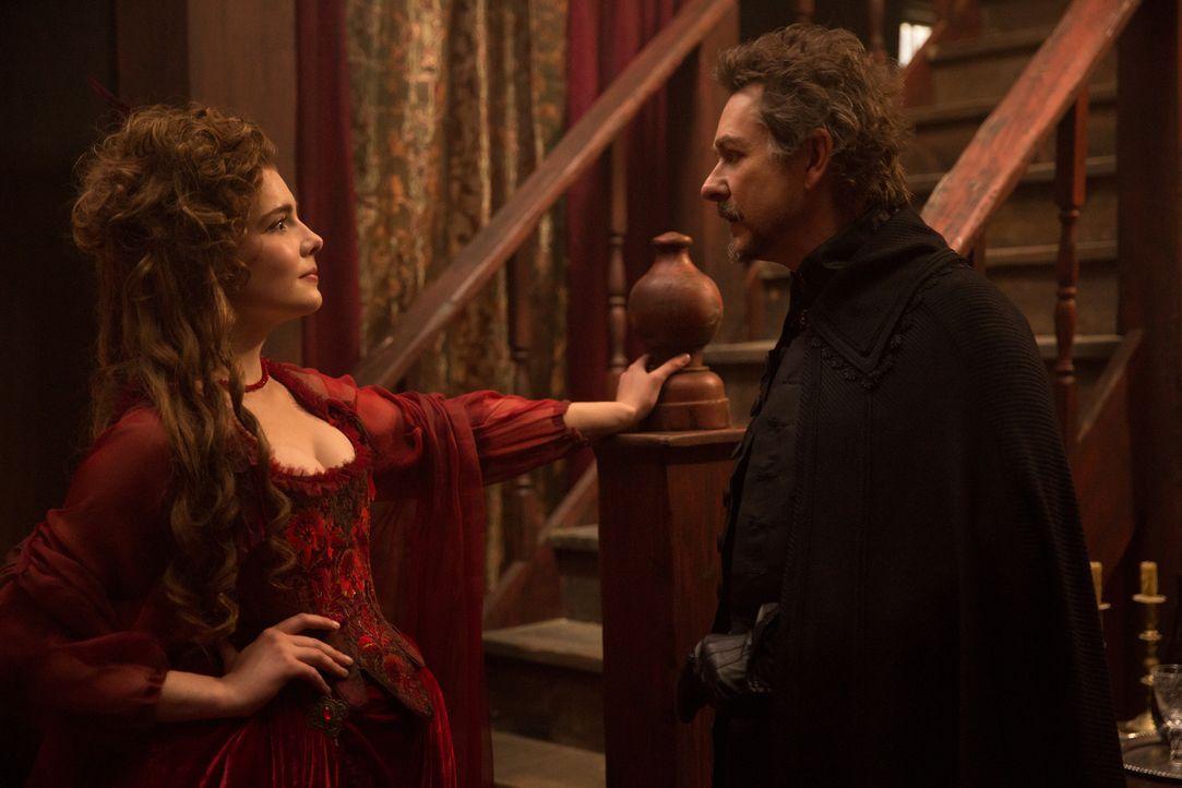 Hathorne (Jeremy Crutchley, r.) stattet Mercy (Elise Eberle, l.) einen Besuch ab, nicht ahnend, welche erschreckende Folgen das für ihn haben wird .... - Bildquelle: 2016-2017 Fox and its related entities.  All rights reserved.