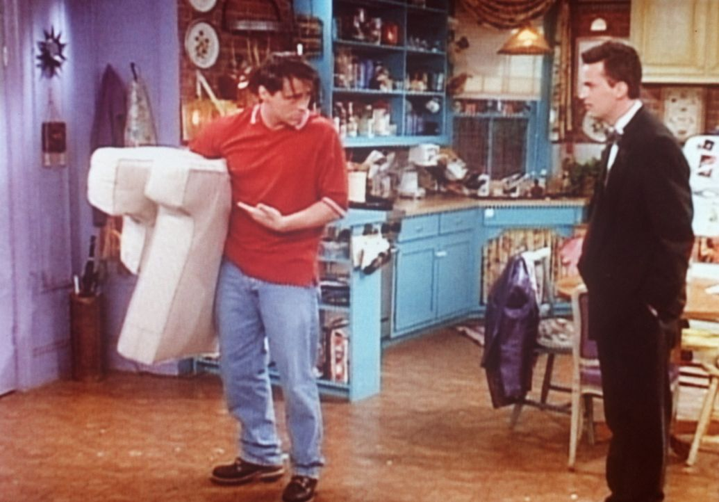 Joey (Matt LeBlanc, l.) streitet sich mit Chandler (Matthew Perry, r.) um einen Sessel. Als es zu keiner Einigung kommt, zieht Joey die Konsequenzen... - Bildquelle: TM+  2000 WARNER BROS.
