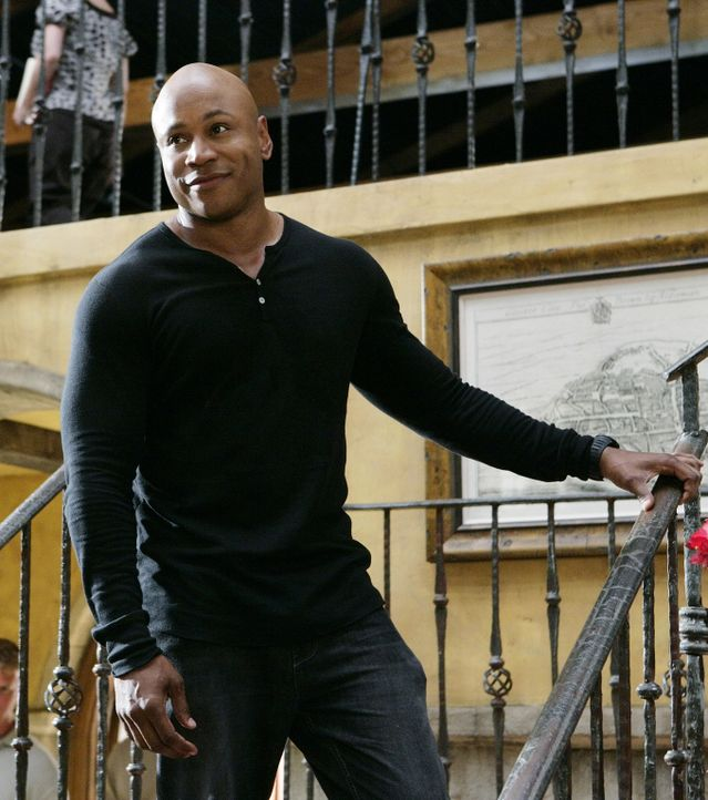 Während einer Verfolgungsjagd durch die Polizei wird Navy-Commander McGuire von Gangstern erschossen. Das Team um Special Agent Sam Hanna (LL Cool J... - Bildquelle: CBS Studios Inc. All Rights Reserved.