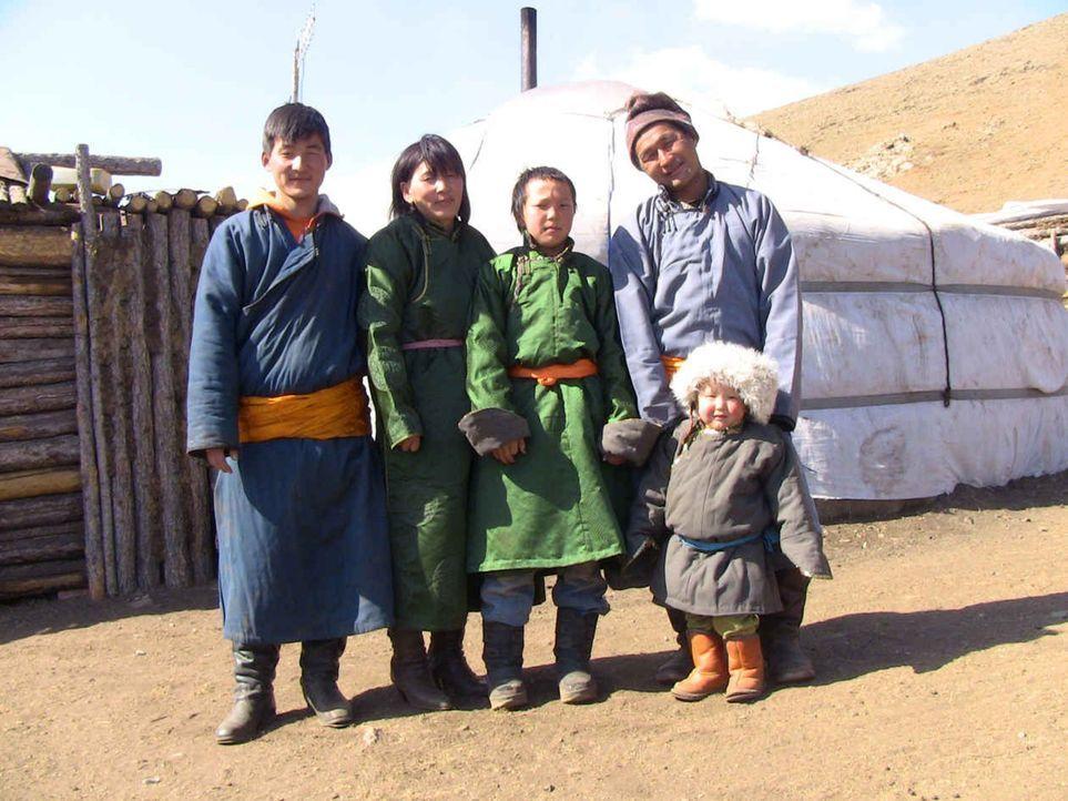 Wie im Mittelalter leben Chucka (45) und seine Frau Tserendolgor (41) mit ihren Kindern, Tochter  Pamboo (22) und den Söhnen Tanchiv (19) und Togi (... - Bildquelle: kabel eins