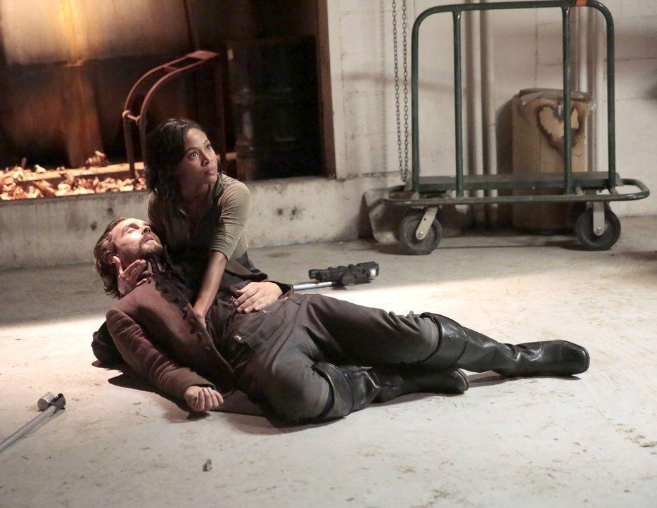 Crane (Tom Mison, l.) bringt ein riesiges Opfer, um Abbie (Nicole Beharie, r.) und den Rest der Bevölkerung zu retten ... - Bildquelle: 2015-2016 Fox and its related entities.  All rights reserved.