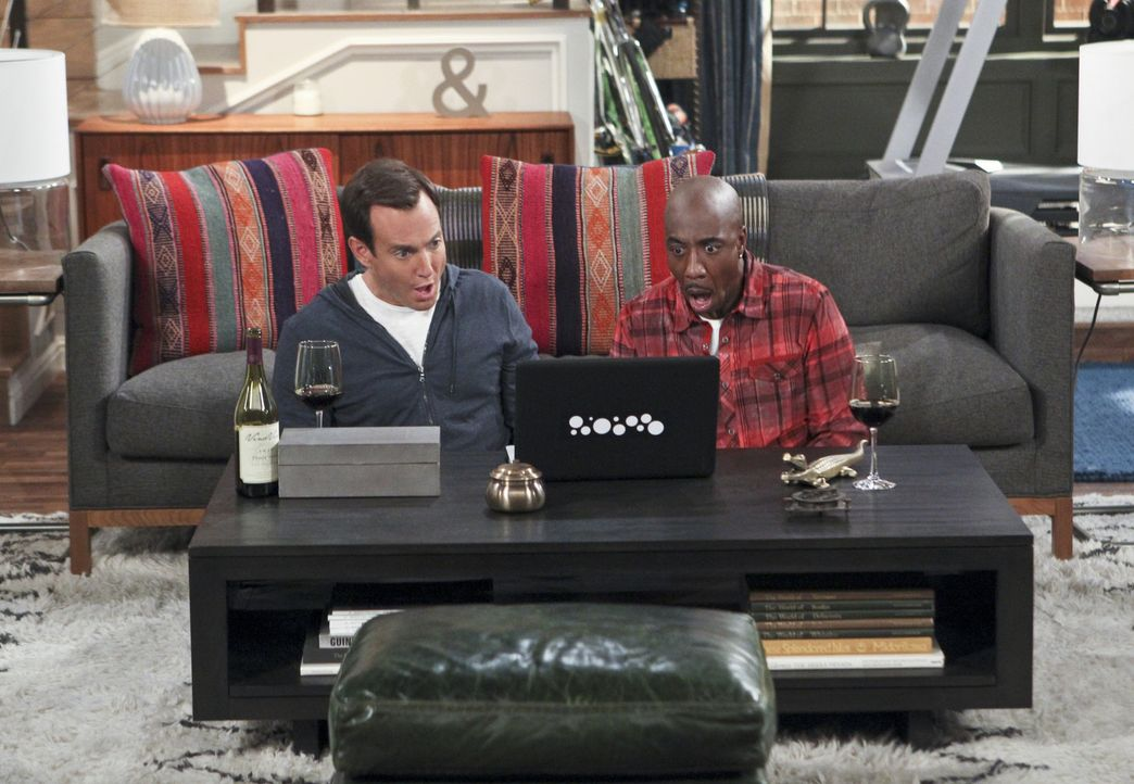 Im Internet finden Nathan (Will Arnett, l.) und Ray (J.B. Smoove, r.) den perfekten Mann für Carol ... - Bildquelle: 2013 CBS Broadcasting, Inc. All Rights Reserved.