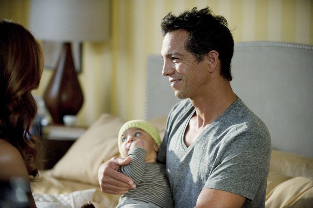Während Sheldon wieder mit seiner Ex-Frau anbandelt, genießt Addison (Kate Walsh, l.) ihr neues Leben mit Jake (Benjamin Bratt, r.) ... - Bildquelle: ABC Studios