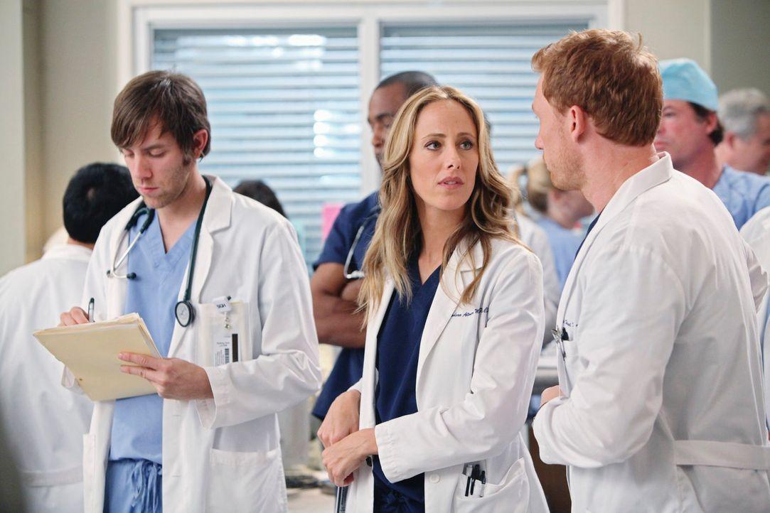 Cristina muss feststellen, dass Teddy (Kim Raver, M.) sich ihr gegenüber ablehnend verhält und sich lieber von Jackson assistieren lässt. Cristina w... - Bildquelle: Touchstone Television