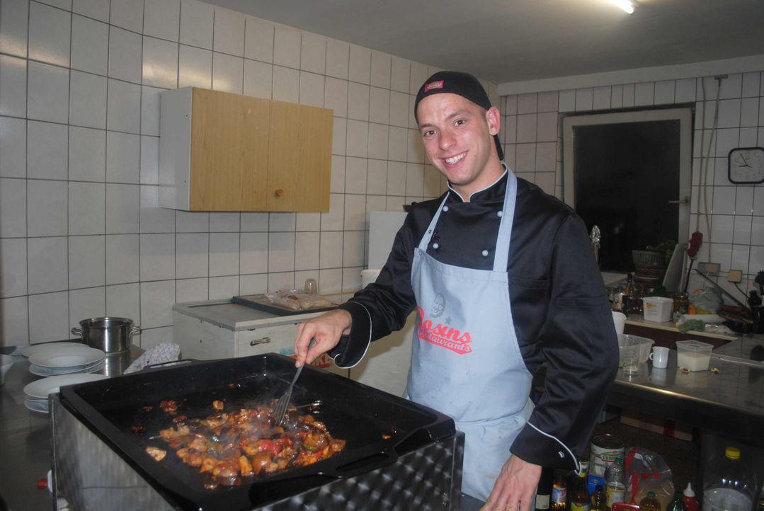 """Kann sich der Koch Florian mit den Veränderungen im Erlebnislokal """"Hexenkessel"""" anfreunden? - Bildquelle: kabel eins"""