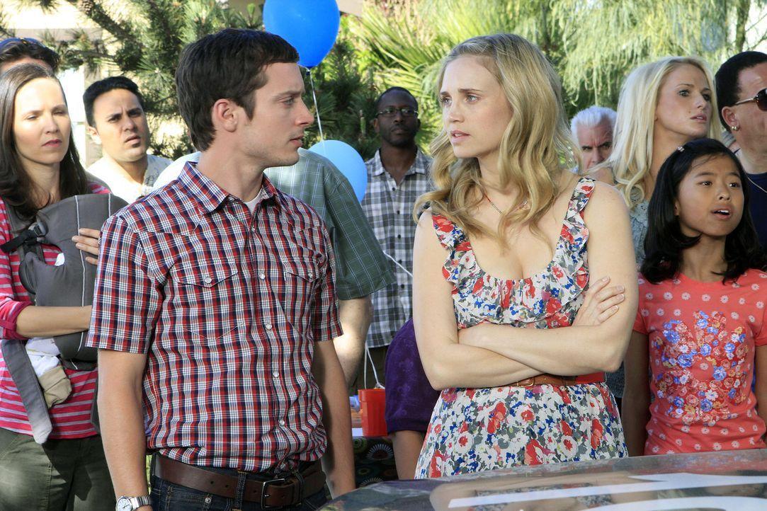 Jenna (Fiona Gubelmann, r.) kann nicht glauben, was Ryan (Elijah Wood, l.) vorgeworfen wird ... - Bildquelle: 2011 FX Networks, LLC. All rights reserved.