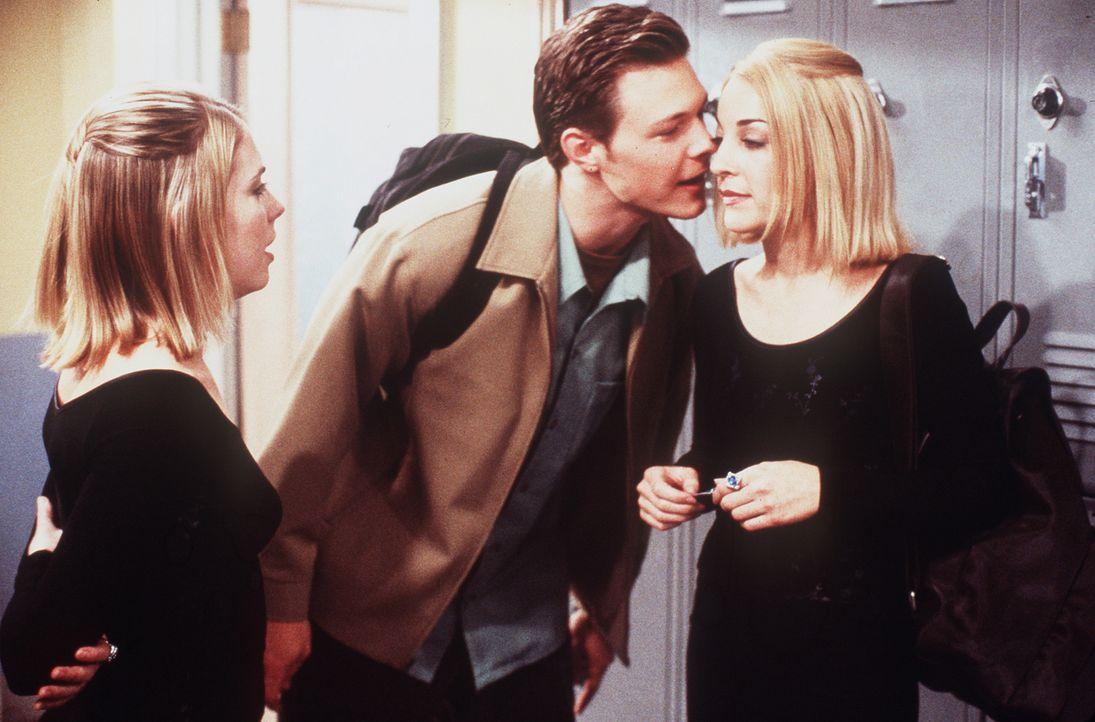 In der Schule wird Valeries (Lindsay Sloane, r.) schon für Sabrina (Melissa Joan Hart, l.) gehalten. - Bildquelle: Paramount Pictures