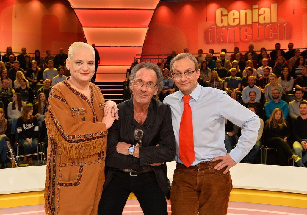 """Comedy-Queen Hella von Sinnen (l.) errät zusammen mit Comedian Wigald Boning (r.) in """"Genial daneben"""" die Fragen der Zuschauer - gestellt von Hugo E... - Bildquelle: Willi Weber SAT.1"""
