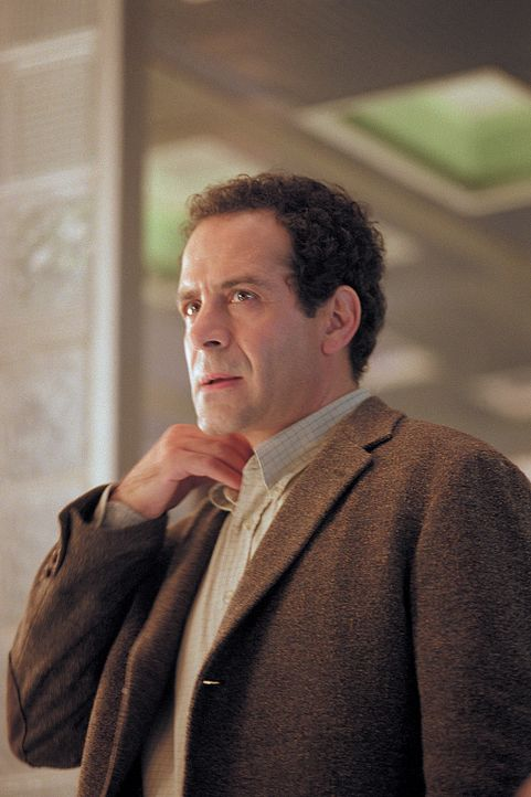 Arthur (Tony Shalhoub) muss erkennen, dass das Haus in Wahrheit eine teuflische Höllenmaschine ist. Nun hockt er mitten in einer tödlichen Falle .. - Bildquelle: 2003 Sony Pictures Television International. All Rights Reserved.