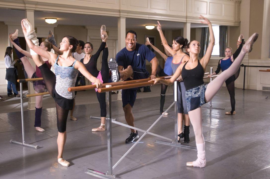 Im Balletunterricht ist der Football-Spieler Joe (Dwayne Johnson, M.) völlig fehl am Platz ... - Bildquelle: Buena Vista International