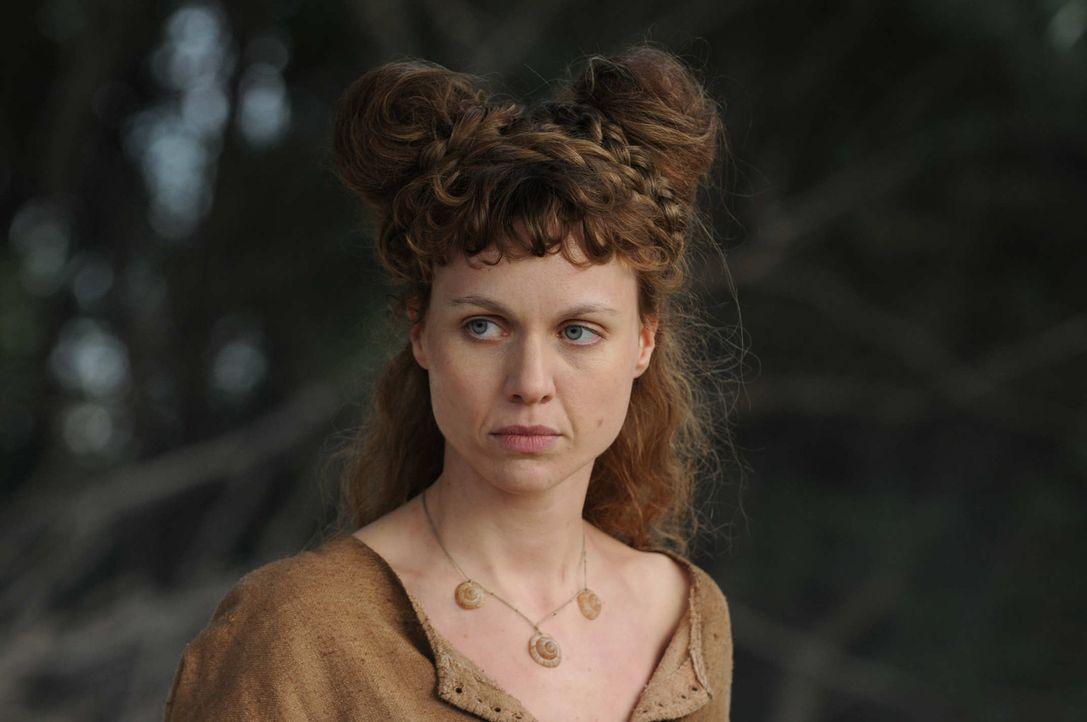 Schon bald gelingt es der Wanderhure Hiltrud (Nadja Becker), Marie wieder zu Kräften zu bringen. Langsam führt sie sie in die Aufgaben einer Hübschl... - Bildquelle: Oliver Roth SAT.1/TV60