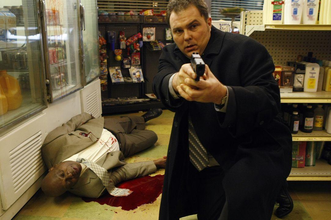 Det. Will Jeffries (Thom Barry, l.) wurde angeschossen und kämpft ums Überleben. Det. Nick Vera (Jeremy Ratchford, r.) eilt ihm zur Hilfe und versuc... - Bildquelle: Warner Bros. Television