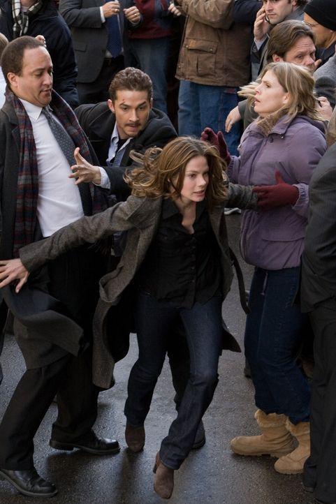 Niemand ahnt, dass Jerry (Shia LaBeouf, hinten M.) und Rachel (Michelle Monaghan, vorne M.) lediglich unschuldige Marionetten einer höheren Macht si... - Bildquelle: Paramount Pictures International