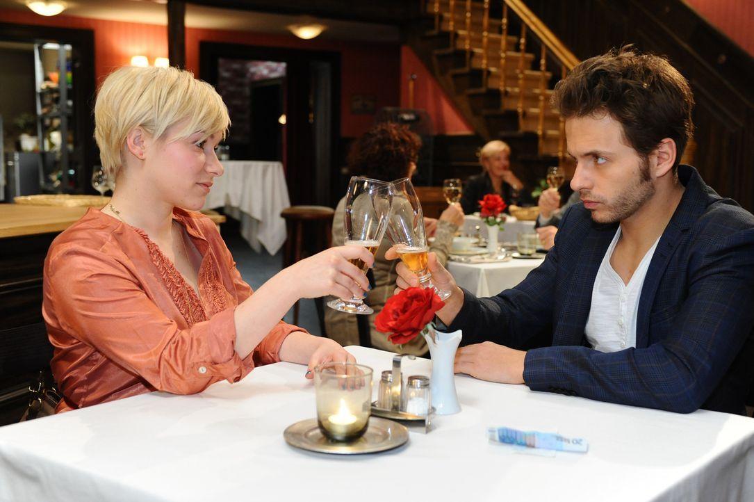 Was läuft zwischen Olivia (Kasia Borek, l.) und Enrique (Jacob Weigert, r.)? - Bildquelle: SAT.1