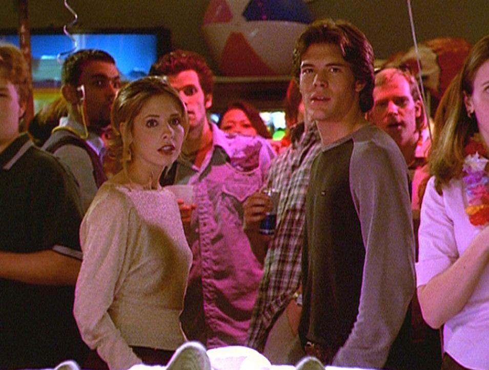 Als Buffy (Sarah Michelle Gellar, vorne l.) und Ben (Charlie Weber, vorne r.) miteinander flirten, werden sie Zeugen eines ungewöhnlichen Zwischenfa... - Bildquelle: TM +   2000 Twentieth Century Fox Film Corporation. All Rights Reserved.