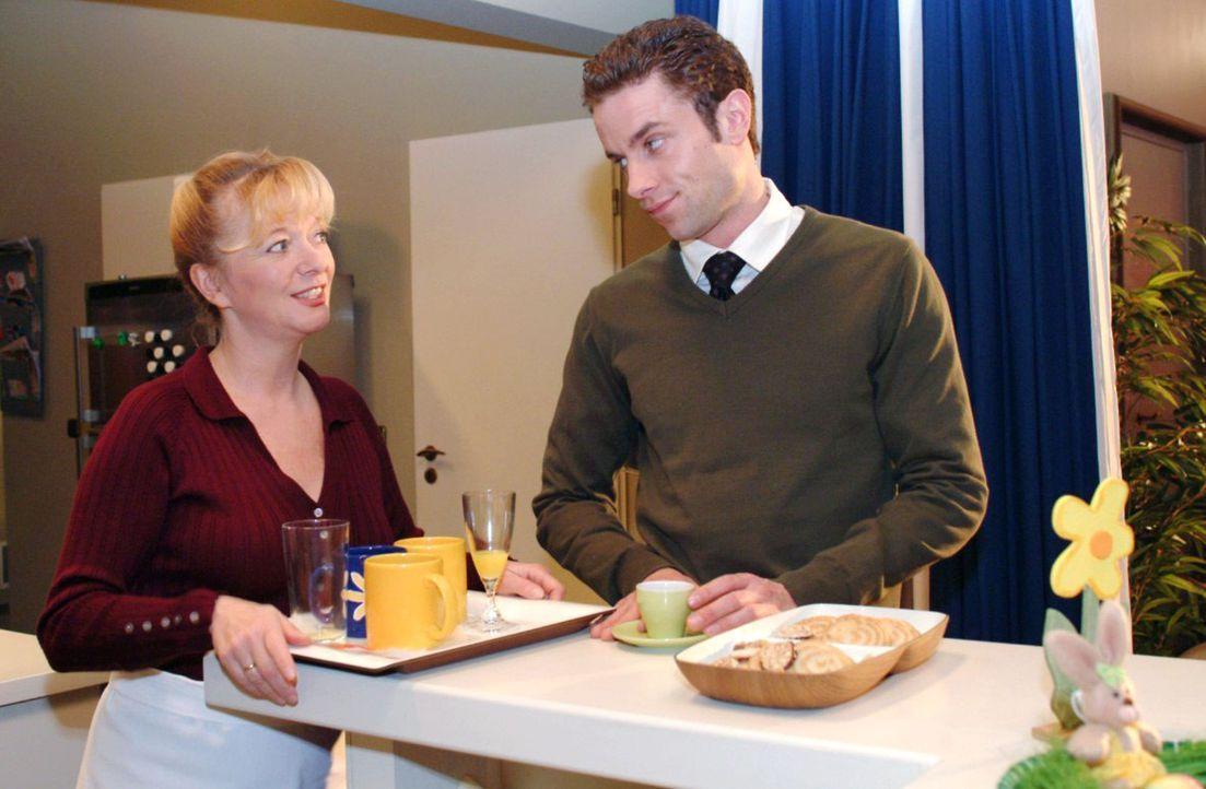 Max (Alexander Sternberg, r.) ist empört, als Helga (Ulrike Mai, l.) seine Tochter Chantalle nennt. - Bildquelle: Monika Schürle Sat.1