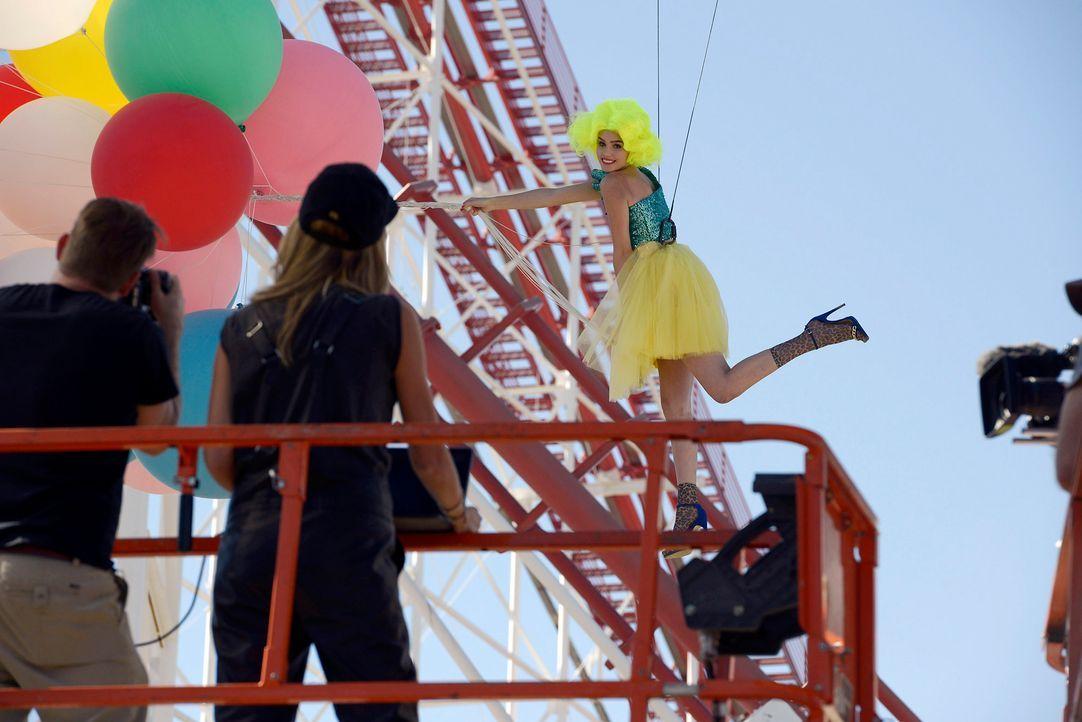 GNTM-Stf09-Epi03-BallonShooting-067-ProSieben-Oliver-S - Bildquelle: ProSieben/Oliver S.