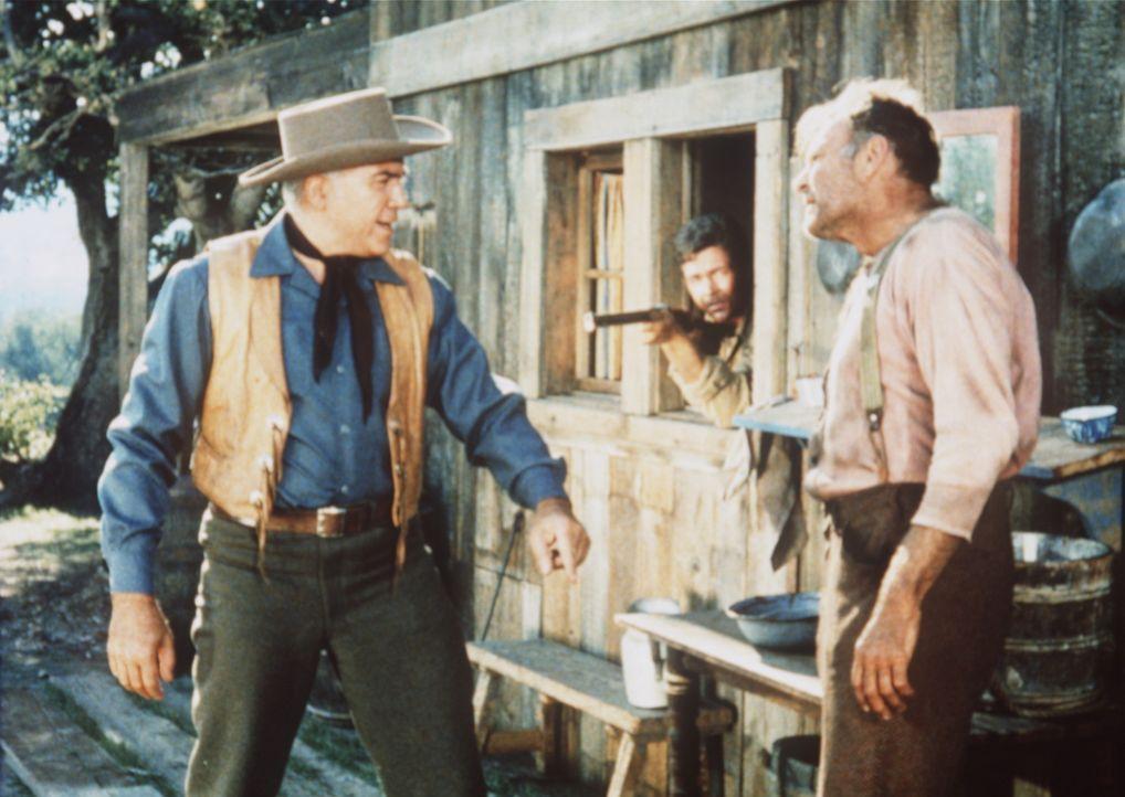 Ben Cartwright (Lorne Greene, l.) stellt den Rancher Tatum (Leif Erickson, r.) zur Rede, der ihm Vieh gestohlen hat. - Bildquelle: Paramount Pictures