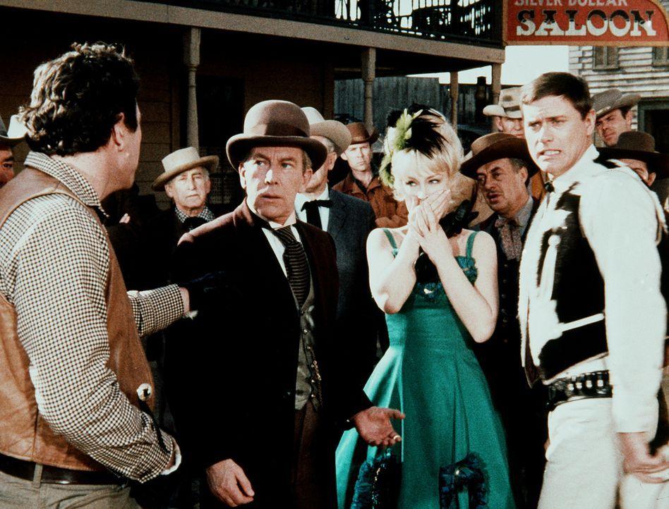 """Jeannie (Barbara Eden, 2.v.r.) und Tony (Larry Hagman, r.) müssen mit der Bande der """"Ruchlosen Zehn"""" fertig werden. - Bildquelle: Columbia Pictures"""
