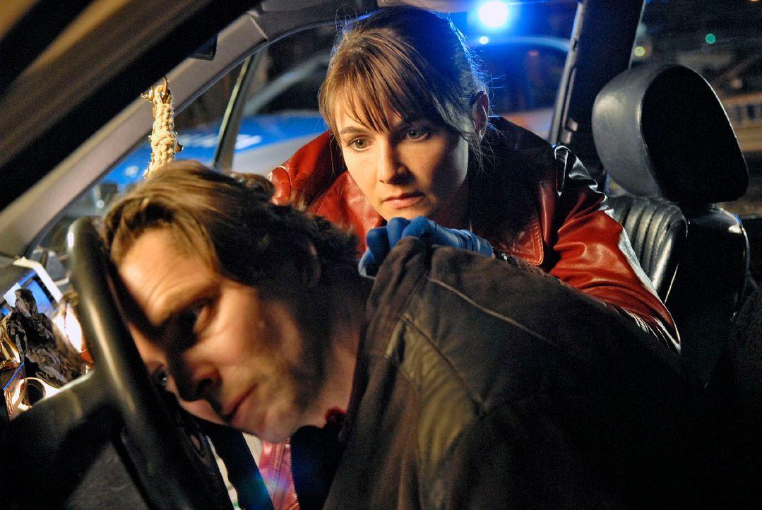 Dr. Stephanie Peters (Nicole Marischka, r.) untersucht die Leiche des toten Taxifahrers Lukas Sander (Joerg Pintsch, l.). - Bildquelle: Christoph Assmann Sat.1